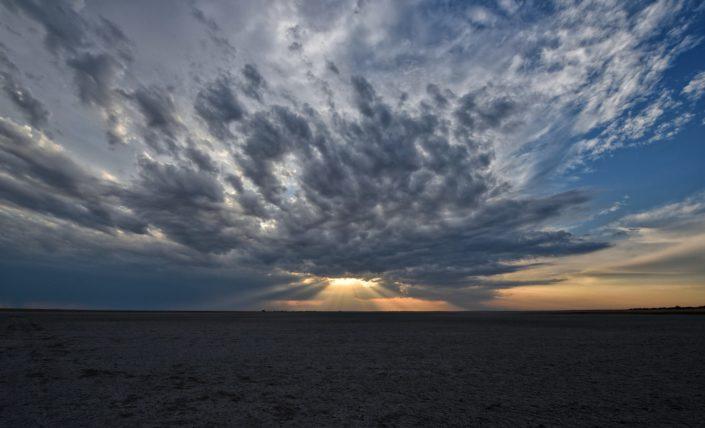Dunkle Wolken beim Sonnenuntergang
