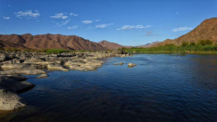 Der Oranje River schleift die Granitfelsen