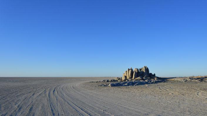 Felsengruppe am Rand von Kubu Island