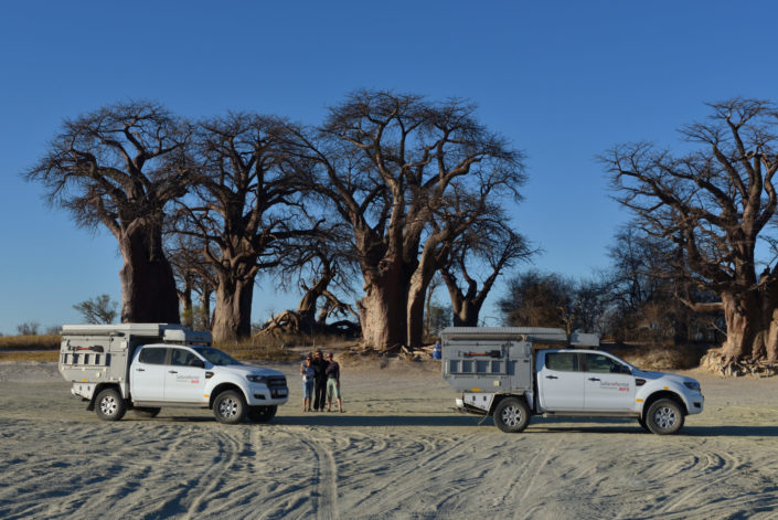 3 Ladies geniessen den Sundowner bei den Baines Baobabs