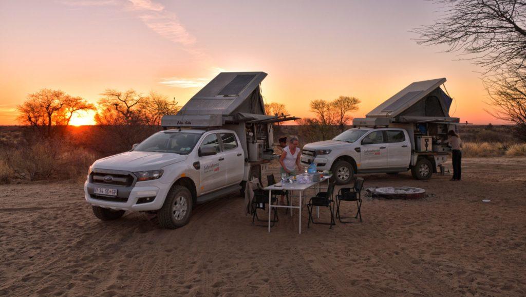 Zwei Ford Ranger auf der Motopi Campsite CKMOT 02 bei Sonnenuntergang