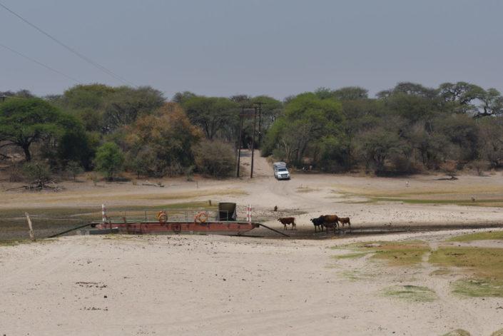 Fähre bei Khumaga am trockenen Boteti