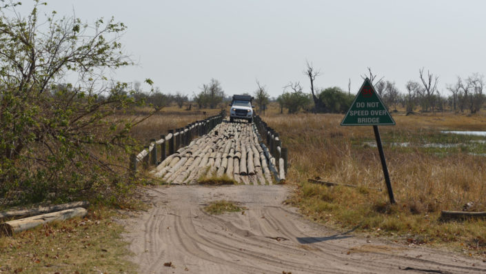 Ford Ranger auf der Fourth Bridge im Moremi Game Reserve